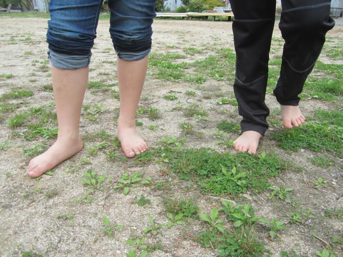 9보는 봄-맨발로 걷는 마당.JPG
